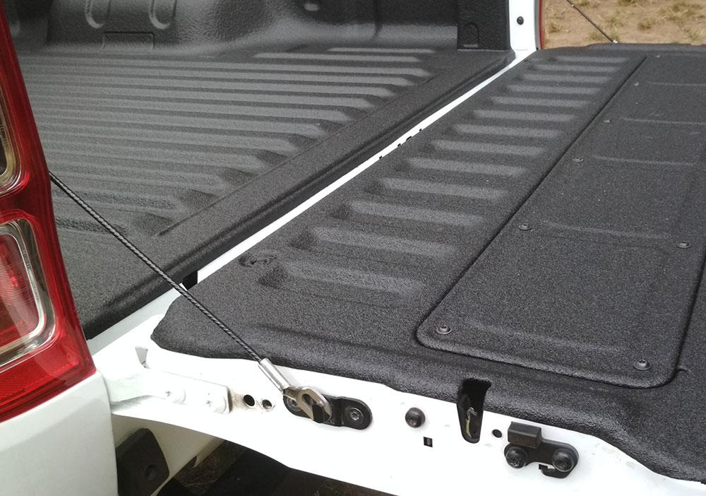 Zabudowa paki pickup powłoką natryskową poniżej poziomu skrzyni ładunkowej